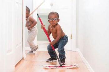 anak bersihkan rumah