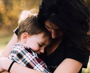 pelukan sayang anak