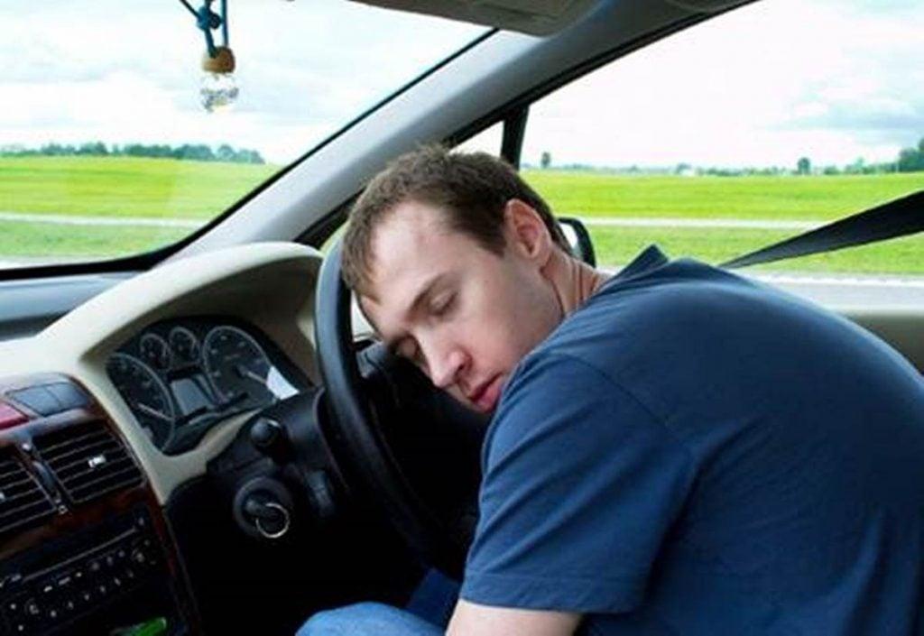 tidur di dalam mobil