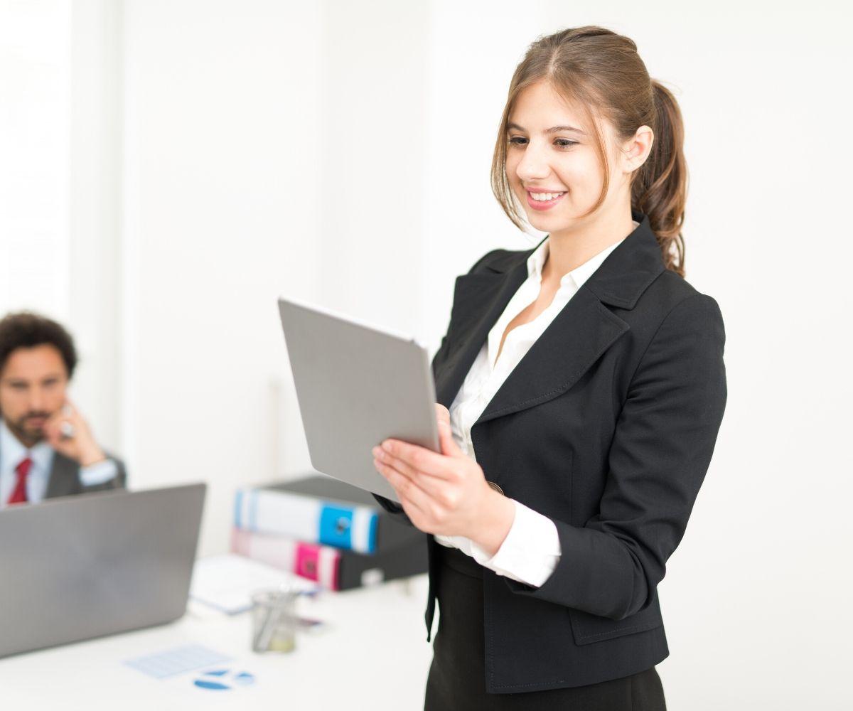 7 Tips Memilih Pakaian Kerja Untuk Wanita Kantoran Kerja Usaha